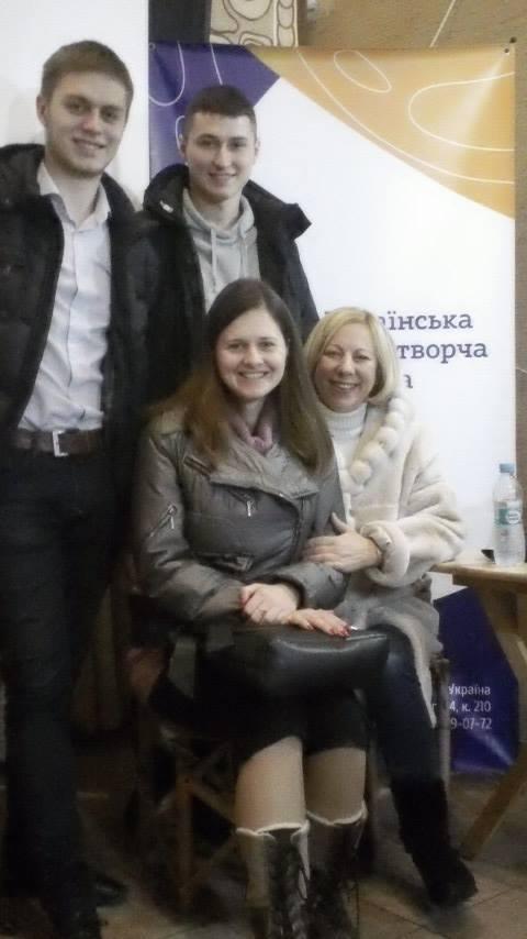 Олена Знаткова, помічник ректора ЛНАУ, зі студентами
