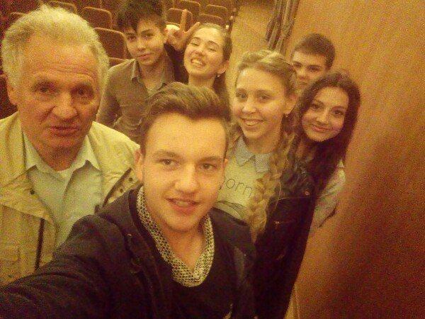 Учні школи та Збігнєв Буяк. Після лекції